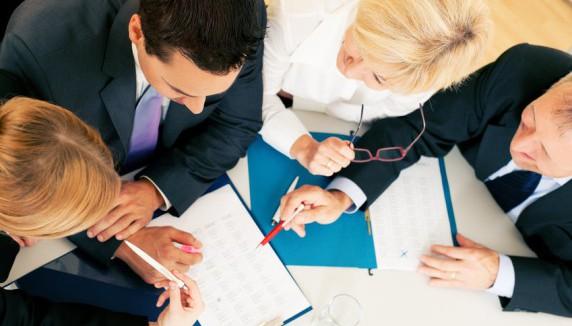 Teamarbeit - Verträge und Unterlagen diskutieren